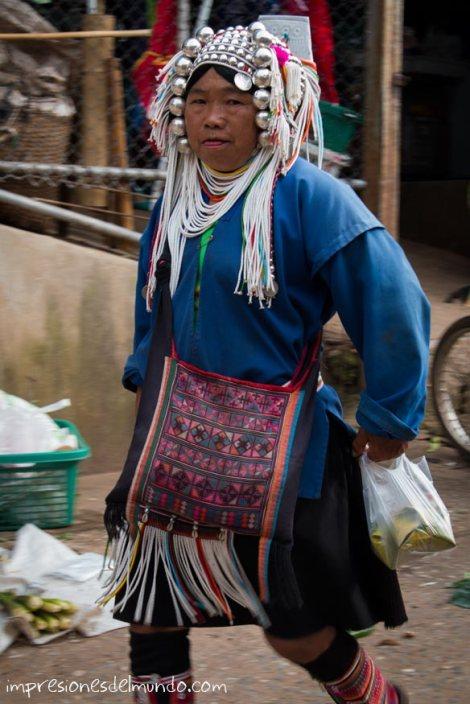mujer-Akha-en-el-mercado-Mae-Salong-Tailandia-impresiones-del-mundo