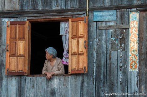 mujer-en-la-ventana-Mae-Salong-Tailandia-impresiones-del-mundo