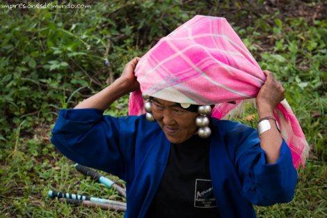 mujer-poniendose-pañuelo-Mae-Salong-Tailandia-impresiones-del-mundo