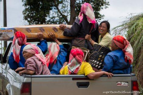 mujeres-en-el-coche-Mae-Salong-Tailandia-impresiones-del-mundo