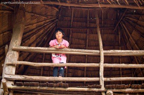 nena-asomada-Mae-Salong-Tailandia-impresiones-del-mundo