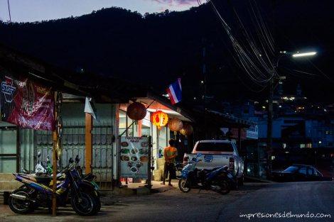 restaurante-de-noche-Mae-Salong-Tailandia-impresiones-del-mundo