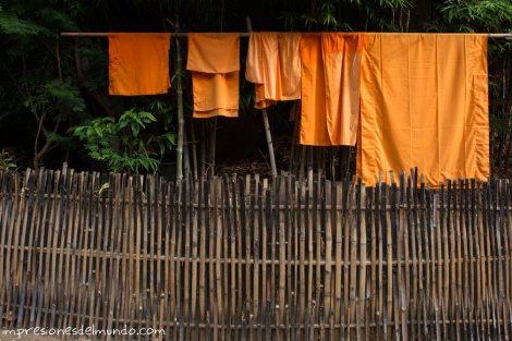 Ropa-de-monjes-tendida-Chiang-Mai-Tailandia-impresiones-del-mundo