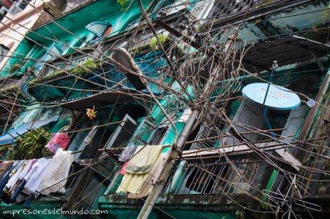 cables-y-fachada-Yangon-Myanmar-impresiones-del-mundo