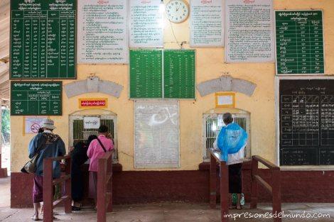 comprando-el-billete-en-la-estacion-Myanmar-impresiones-del-mundo