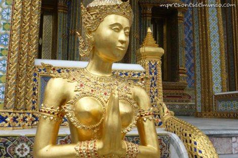 estatua-de-mujer-y-Gran-Palacio-Bangkok-impresiones-del-mundo