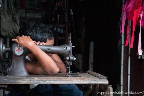hombre-y-maquina-de-coser-Yangon-Myanmar-impresiones-del-mundo