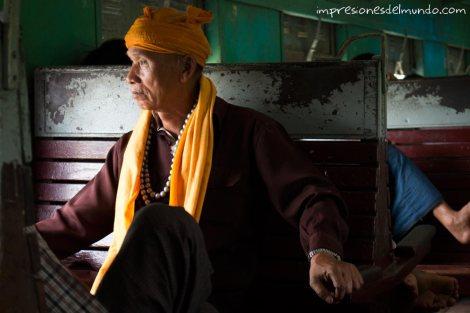 monje-en-el-tren-Myanmar-impresiones-del-mundo