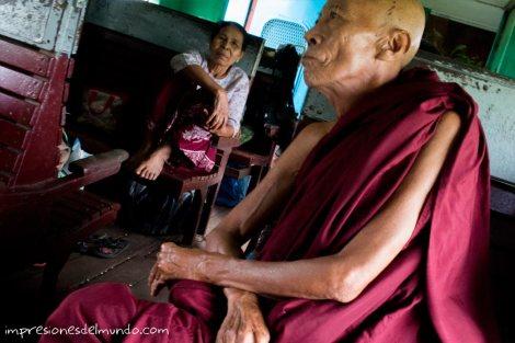 monje-y-mujer-en-el-tren-Myanmar-impresiones-del-mundo