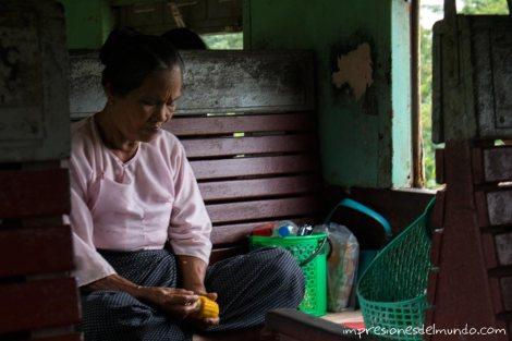 mujer-comiendo-maiz-Myanmar-impresiones-del-mundo