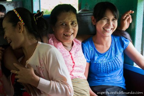 mujeres-sonriendo-en-el-tren-Myanmar-impresiones-del-mundo