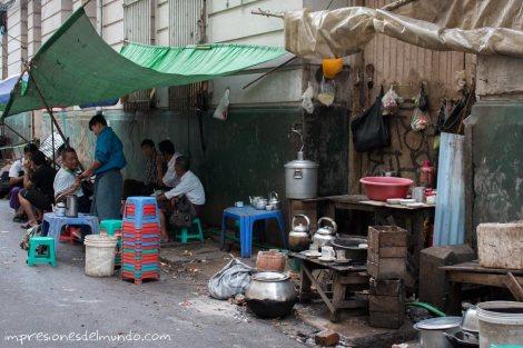 puesto-de-comida-en-la-calle-Yangon-Myanmar-impresiones-del-mundo