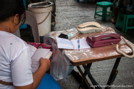 telefonos-en-la-calle-Yangon-Myanmar-impresiones-del-mundo