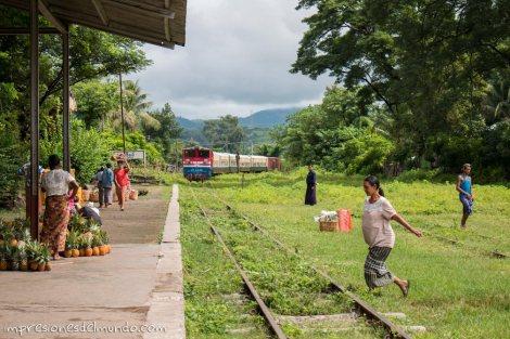 tren-llegando-a-la-estacion-Myanmar-impresiones-del-mundo