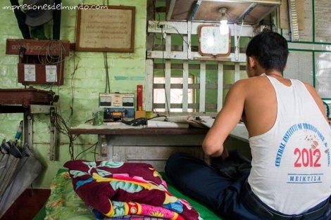 vendedor-de-billetes-en-la-estacion-Myanmar-impresiones-del-mundo