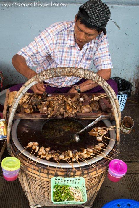 vendedor-de-pinchos-de-pollo-Yangon-Myanmar-impresiones-del-mundo