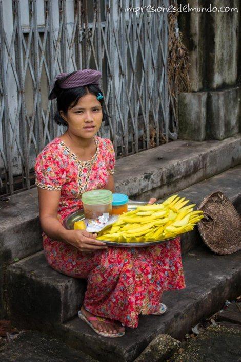 vendedora-de-mangos-Yangon-Myanmar-impresiones-del-mundo