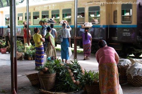 vendedoras-en-la-estacion-Myanmar-impresiones-del-mundo