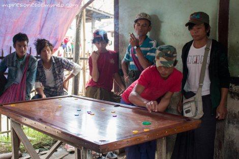 adolescentes-jugando-Lago-Inle-Myanmar-impresiones-del-mundo