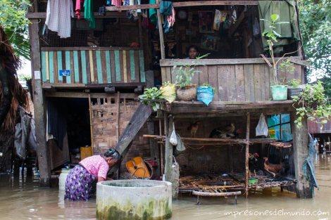 casa-con-gallinero-inundada-Bago-Myanmar-impresiones-del-mundo