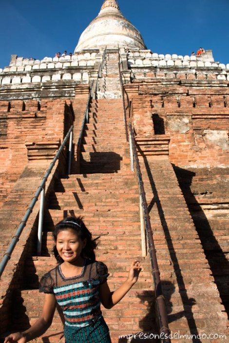 chica-bajando-escaleras-del-templo-Bagan-Myanmar-impresiones-del-mundo