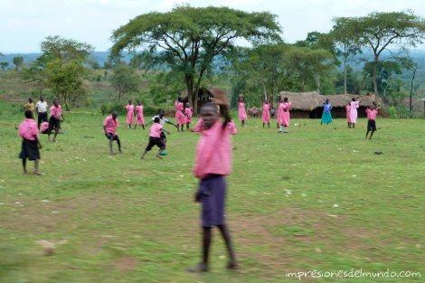chicos-jugando-al-futbol-Uganda-impresiones-del-mundo