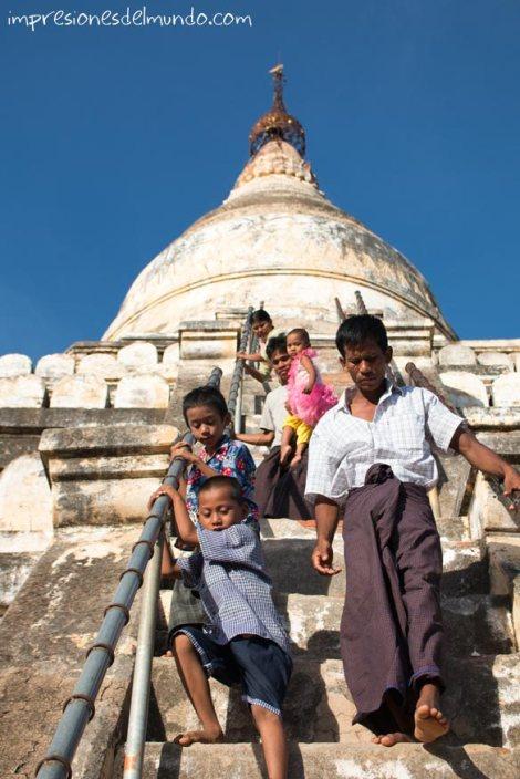 familia-bajando-escaleras-del-templo-Bagan-Myanmar-impresiones-del-mundo