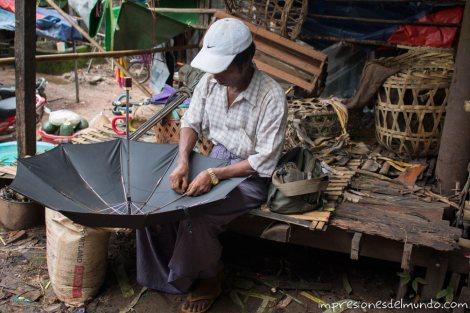 hombre-arreglando-paraguas-Bago-Myanmar-impresiones-del-mundo