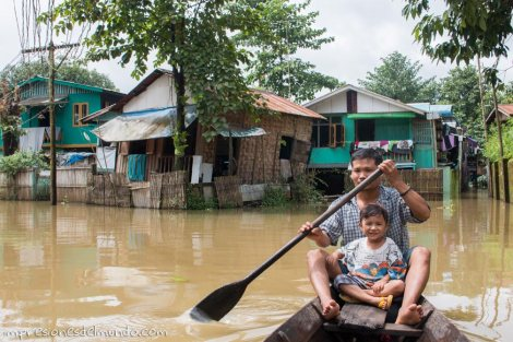 hombre-e-hijo-en-barca-Bago-Myanmar-impresiones-del-mundo