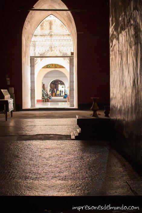 interior-de-templo-y-luna-Bagan-Myanmar-impresiones-del-mundo