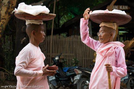 monjas-hablando-Bagan-Myanmar-impresiones-del-mundo