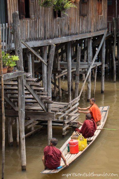 monjes-en-barca-Lago-Inle-Myanmar-impresiones-del-mundo