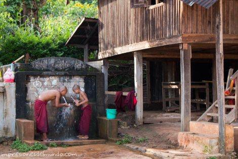 monjes-en-la-fuente-Myanmar