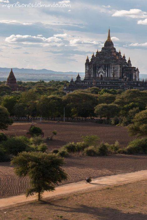 motorista-y-templo-Bagan-Myanmar-impresiones-del-mundo