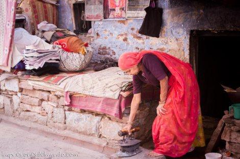 mujer-con-plancha-India-impresiones-del-mundo