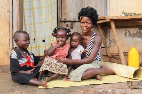 mujer-e-hijos-Uganda-impresiones-del-mundo