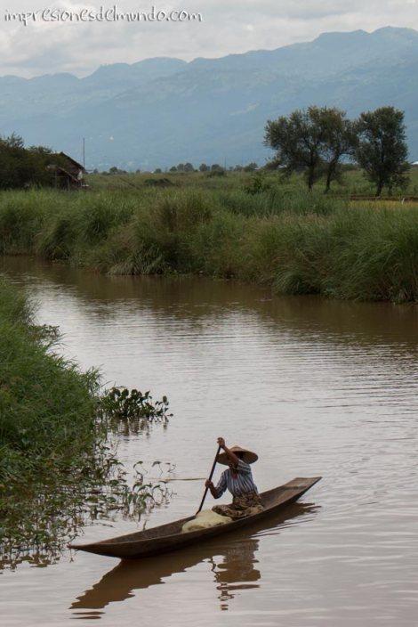 mujer-en-barca-Lago-Inle-Myanmar-impresiones-del-mundo