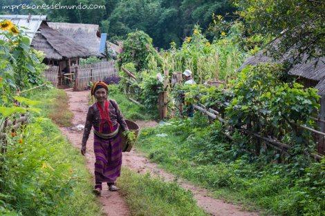 mujer-en-el-camino-Myanmar