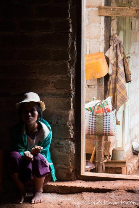 mujer-en-el-marco-de-una-puerta-Myanmar