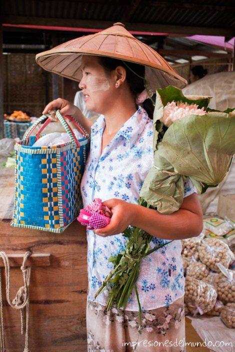 mujer-en-el-mercado-Lago-Inle-Myanmar-impresiones-del-mundo