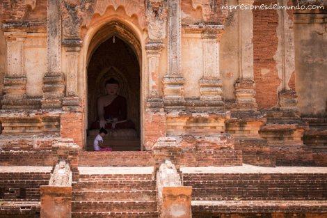 mujer-y-templo-Buda-Bagan-Myanmar-impresiones-del-mundo