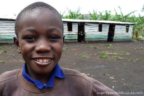 nene-en-escueela-Uganda-impresiones-del-mundo