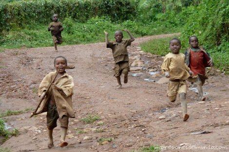 nenes-corriendo-Uganda-impresiones-del-mundo