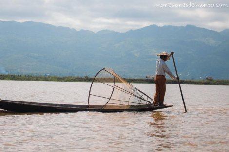 pescador-posando-Lago-Inle-Myanmar-impresiones-del-mundo
