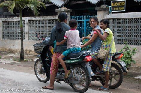 gente-charlando-en-la-moto-Myanmar-impresiones-del-mundo