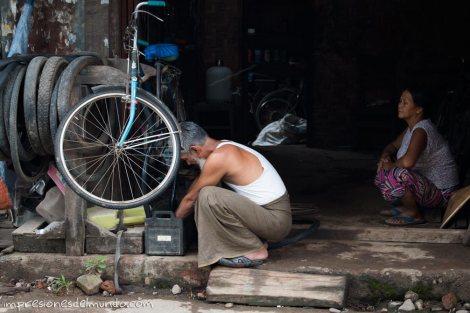 hombre-arreglando-bici-Myanmar-impresiones-del-mundo