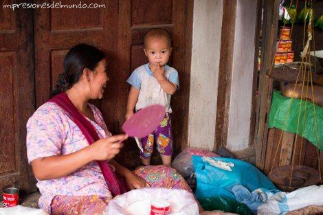 mama-con-nena-en-mercado-Myanmar-impresiones-del-mundo