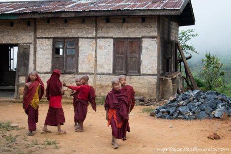 monjes-y-casa-Myanmar-impresiones-del-mundo