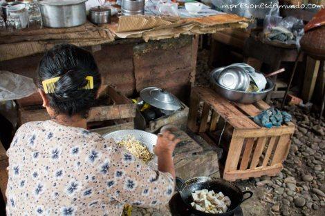 mujer-cocinando-Myanmar-Birmania-impresiones-del-mundo