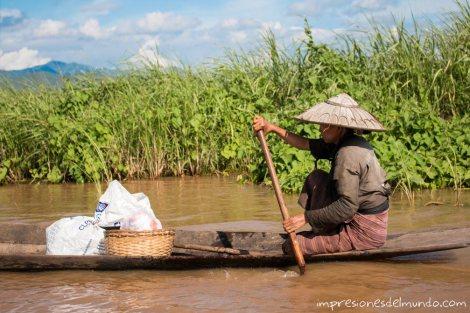 mujer-en-barca-Myanmar-impresiones-del-mundo